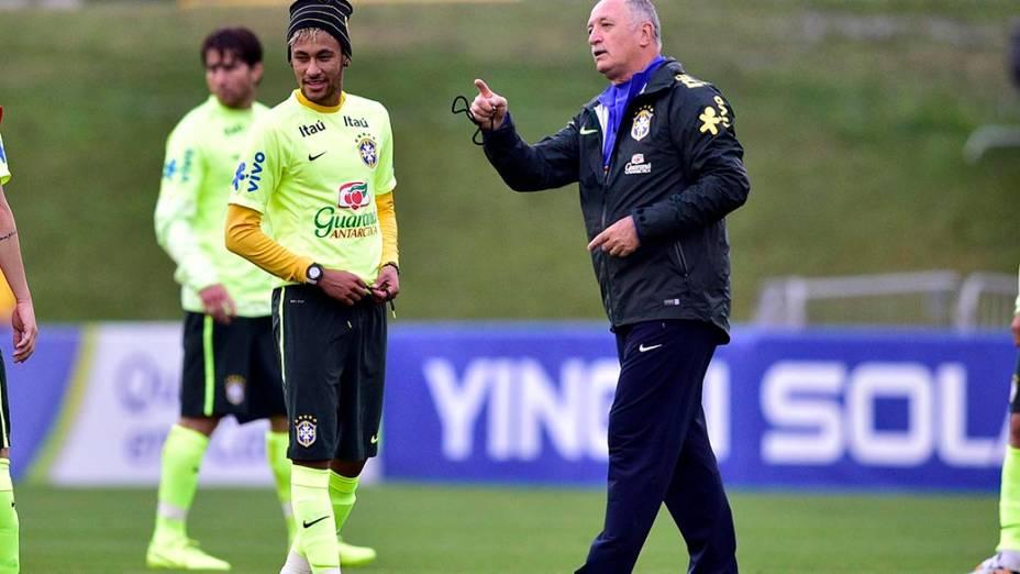 Felipão passa orientações para Neymar durante treino do Brasil na Granja Comary, em Teresópolis