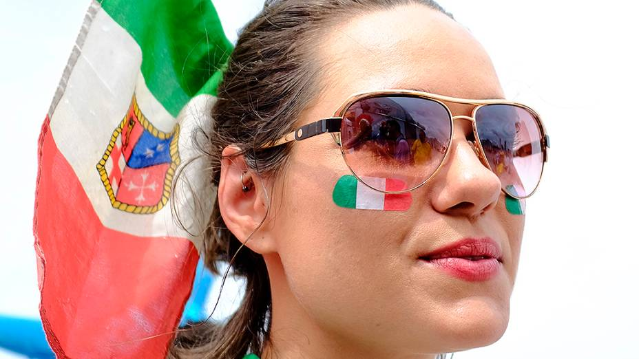Torcedora da Itália na chegada para a partida contra o Uruguai, na Arena das Dunas, em Natal