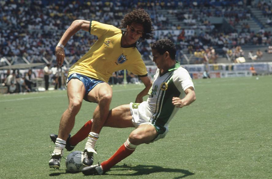 Casagrande, do Brasil, e Medjadi, da Argélia, na Copa do Mundo de 1986