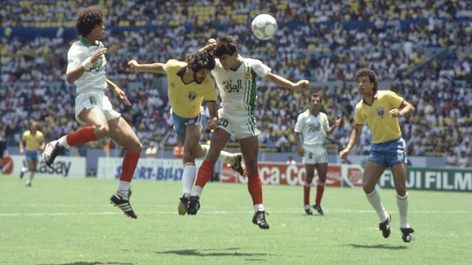 Sócrates e Careca, do Brasil, no jogo entre Brasil e Argélia, na Copa do Mundo de 1986<br>