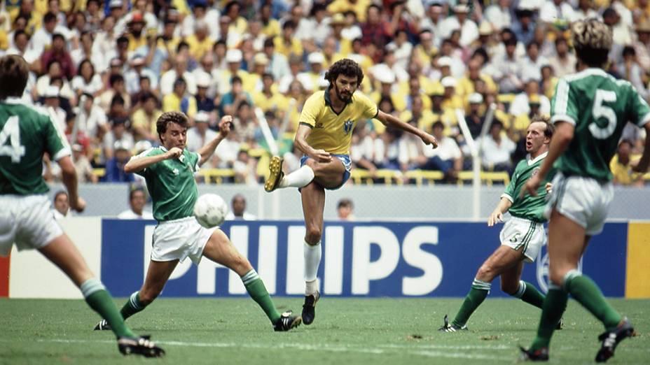 Sócrates, do Brasil, durante jogo contra a Irlanda do Norte, no Estádio Jalisco, pela Copa de 1986