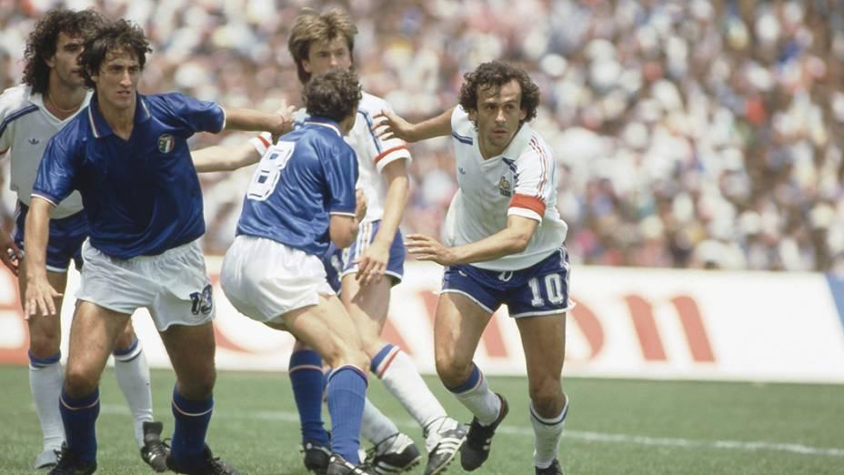 Platini, da França, no jogo contra a Itália, na Copa do Mundo de 1986; o craque francês foi um dos destaques do torneio