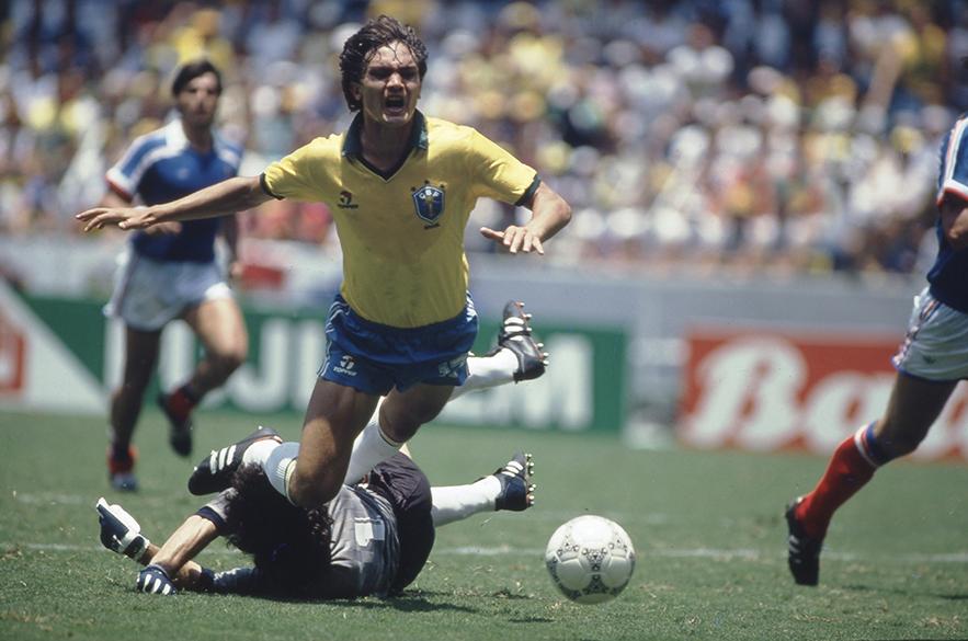 Branco, do Brasil, sofre pênalti cometido por Bats, da França, na Copa de 1986, no Estádio Jalisco, em Guadalajara
