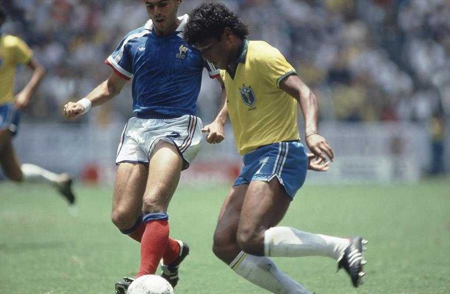 Muller, do Brasil, e Amoros, da França, durante duelo nas quartas de final da Copa do Mundo de 1986