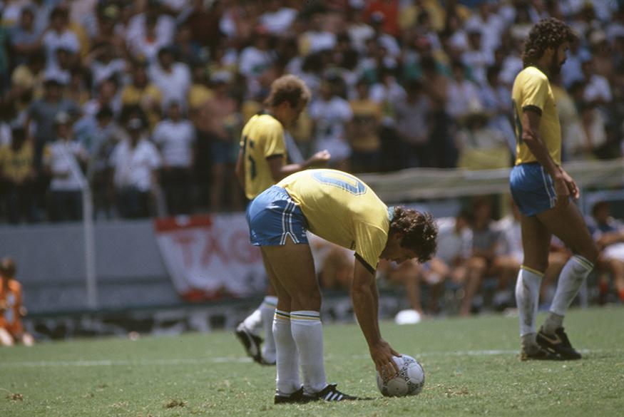Zico se prepara para bater pênalti no jogo entre Brasil e França, na Copa de 1986, no México