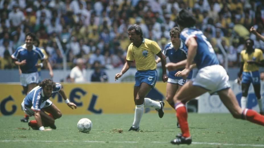 Júnior, entre Fernandez e Battiston, no jogo entre Brasil e França, na Copa do Mundo de 1986, no México