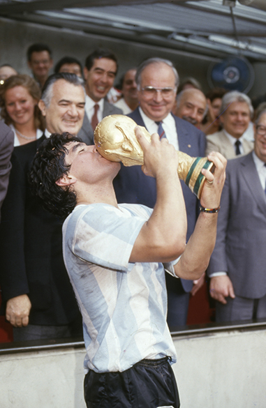 Maradona beijando o troféu depois de vencer a Copa do Mundo de 1986, no México, com a seleção da Argentina