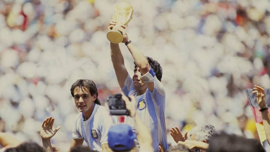 Maradona, capitão da Argentina, levanta a taça depois da conquista da Copa de 1986, no Estádio Azteca, no México