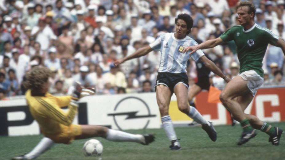 Burruchaga, da Argentina, supera Schumacher e Briegel, da Alemanha, e marca o gol do título na Copa de 1986