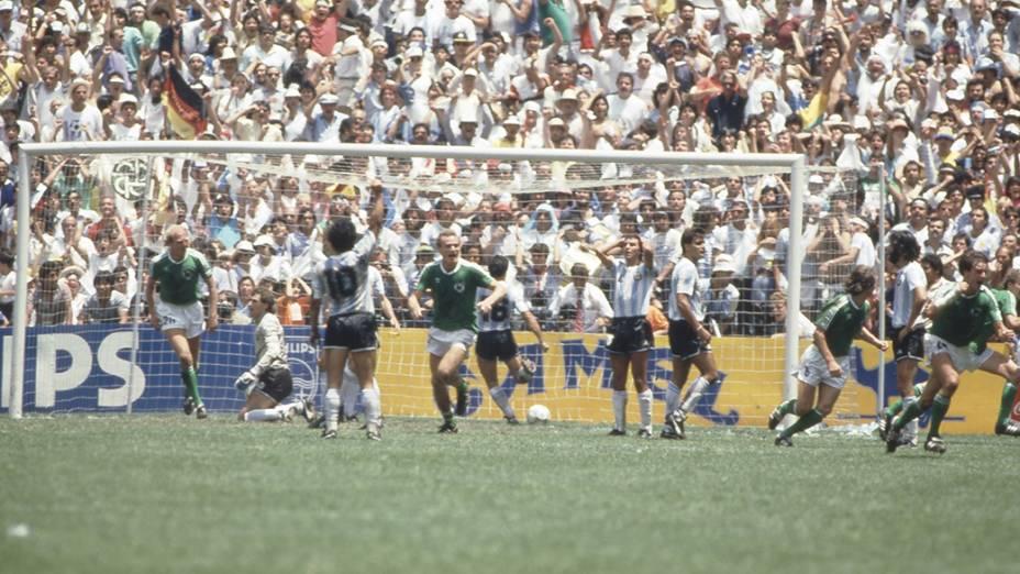 A seleção alemã comemora gol durante jogo contra a Argentina na decisão da Copa de 1986, no Estádio Azteca, no México