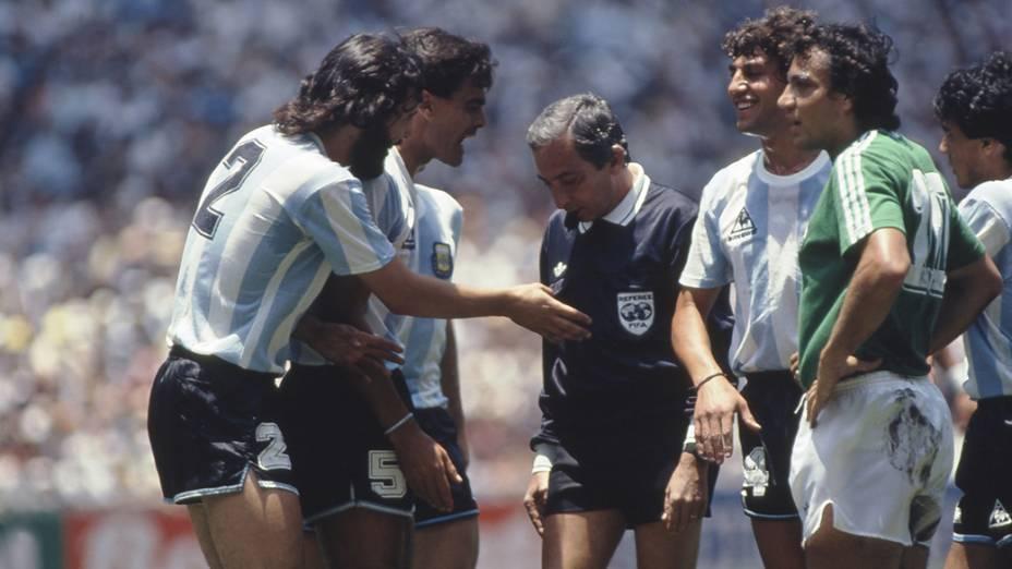 O árbitro brasileiro Romualdo Arppi Filho foi o responsável por apitar a final entre Argentina e Alemanha Ocidental, no Estádio Azteca, na Copa de 1986<br><br>