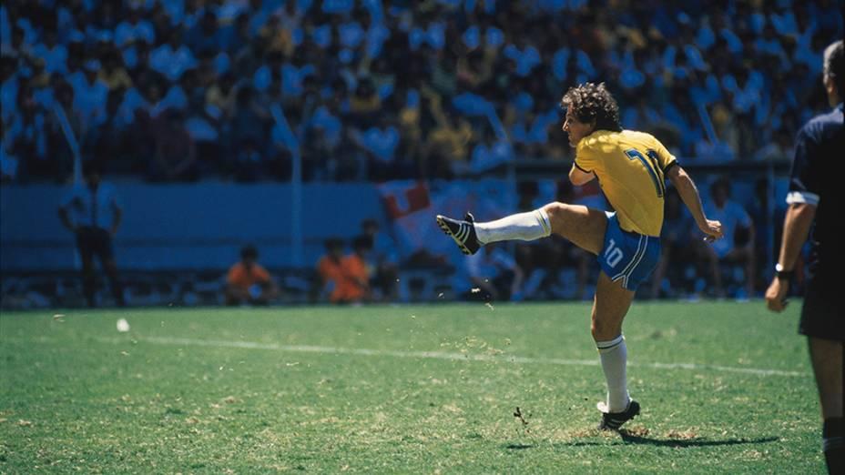 Zico faz a cobrança de pênalti no jogo entre Brasil e França, na Copa de 1986, no México; o goleiro Bats defendeu