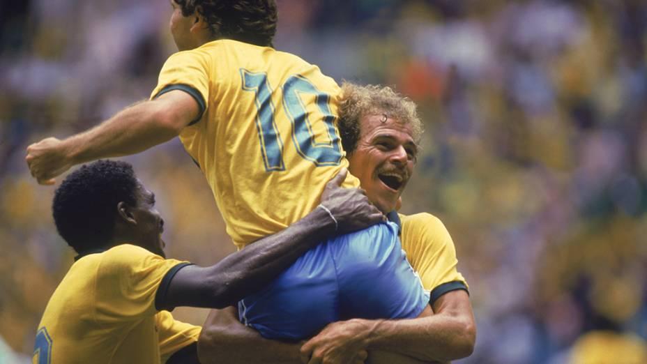 Alemão, Zico e Josimar comemoram gol do Brasil contra a Irlanda do Norte, na Copa do Mundo de 1986