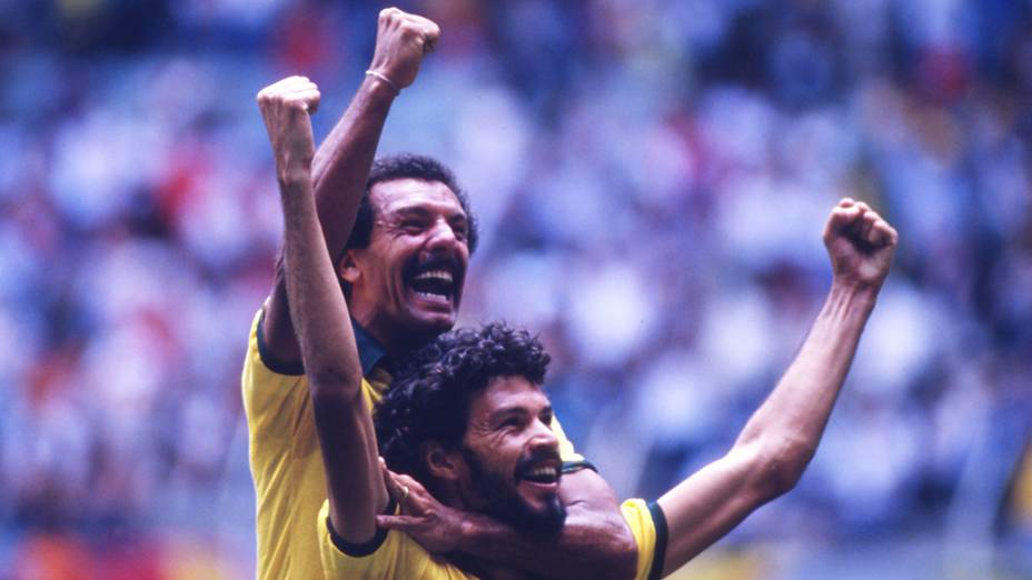 Júnior e Sócrates comemoram gol do Brasil contra a Espanha, na Copa do Mundo de 1986
