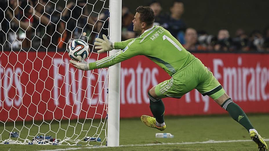 Goleiro russo Igor Akinfeev falha no primeiro gol da Coreia do Sul