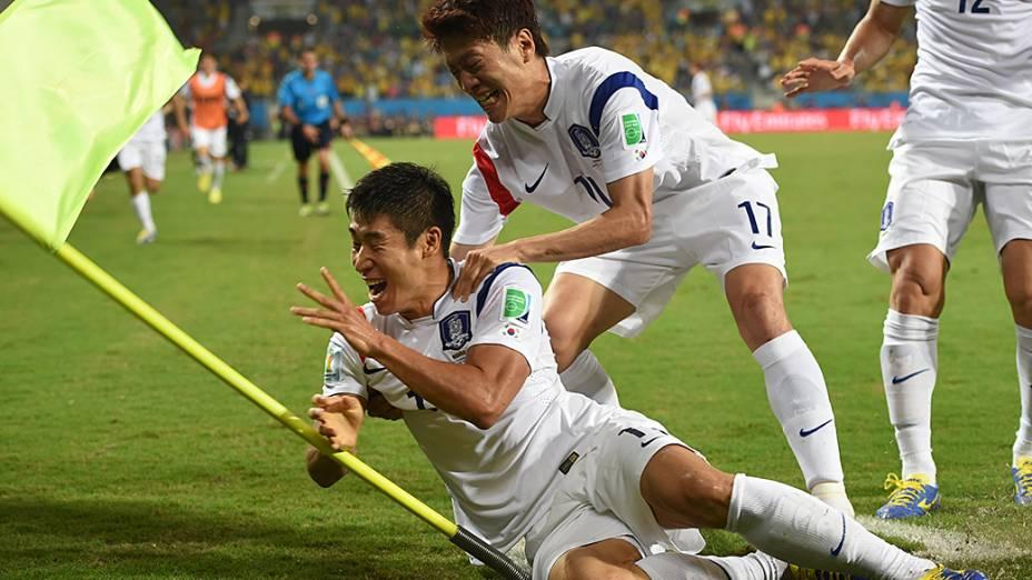 Jogadores sul-coreanos comemoram o primeiro gol da partida após falha do goleiro russo Igor Akinfeev