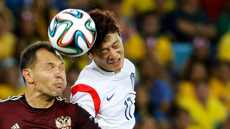 Jogadores disputam a bola no jogo entre Rússia e Coreia do Sul na Arena Pantanal, em Cuiabá