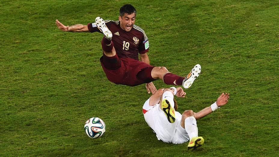 O russo Alexander Samedov sofre falta no jogo contra a Coreia do Sul na Arena Pantanal, em Cuiabá