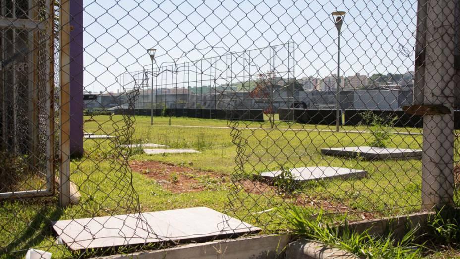 Buraco na grade aberto por torcedores que invadiram o CT do Corinthians, em São Paulo