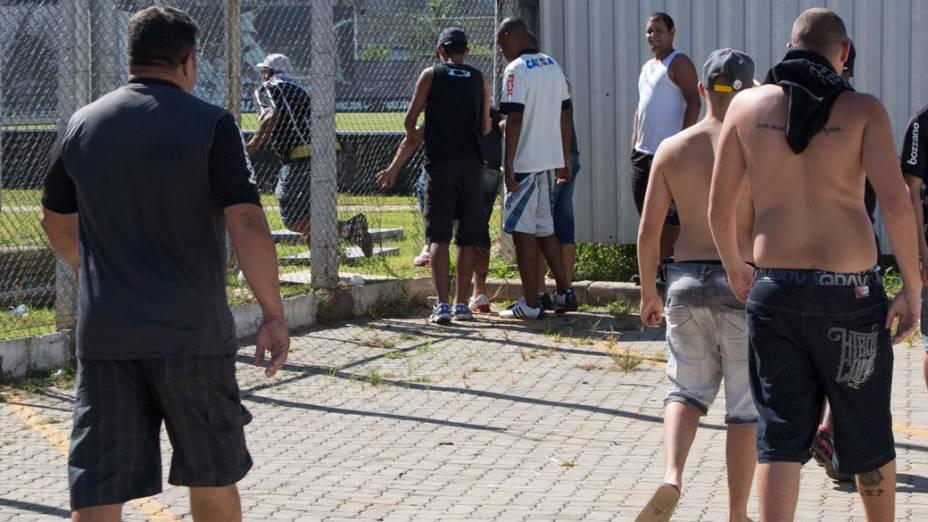 Torcedores abrem um buraco na grade e invadem o CT Corinthians antes do treino do time, em São Paulo