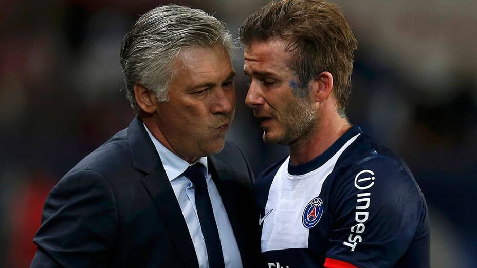 David Beckham abraça o técnico Carlo Ancelotti ao deixar o gramado em partida do PSG contra o Brest, sua despedida como profissional