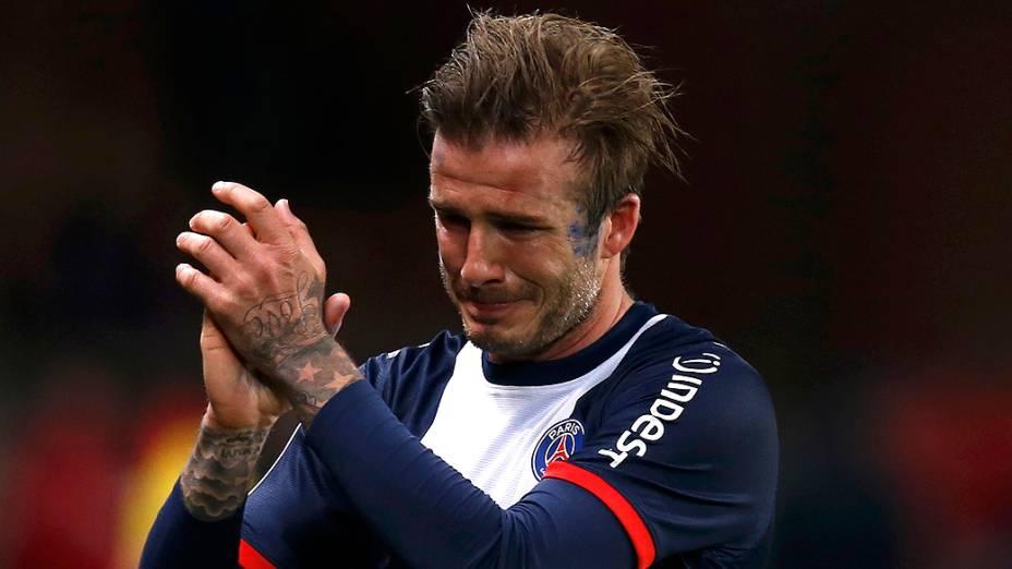 David Beckham se emociona ao deixar o gramado em partida deste sábado em Paris
