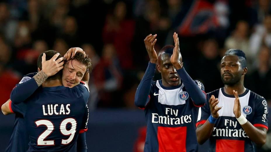 David Beckham abraça o brasileiro Lucas ao deixar o gramado em partida do PSG contra o Brest