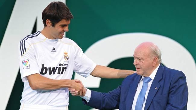 Kaká cumprimenta o ex-jogador do Real Madrid, Alfredo Di Stéfano, em 2009