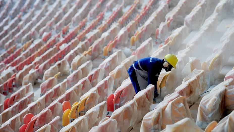 Operários colocam as cadeiras na Arena Amazônia, em Manaus