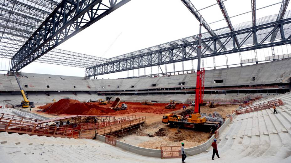 Operários trabalham na construção da Arena da Baixada, em Curitiba