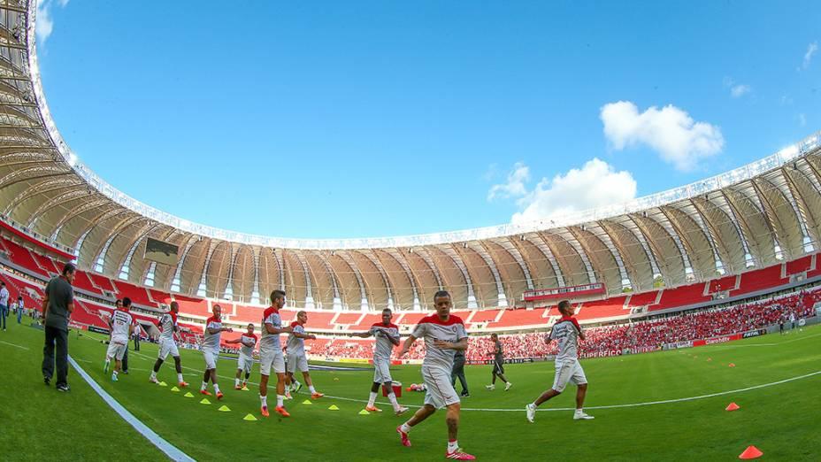 Jogadores do Internacional se aquecem no novo Estádio do Beira-Rio antes da partida contra o Caxias, válida pela oitava rodada do Campeonato Gaúcho, em Porto Alegre, no primeiro evento-teste da arena após as reformas para a Copa do Mundo