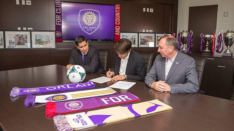 O momento da assinatura de contrato de Kaká com o Orlando City