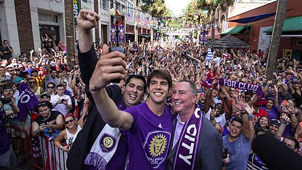 Na chegada ao Orlando City, Kaká faz uma selfie com Flávio Augusto da Silva (à esq.) presidente do clube