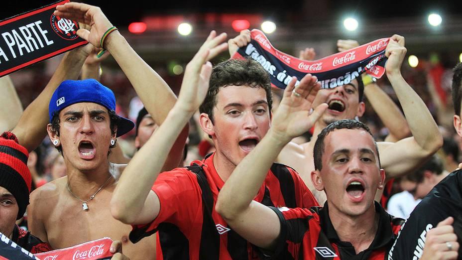 Torcida do Atlético-PR comparece ao Maracanã para empurrar o time que decide o título da Copa do Brasil contra o Flamengo