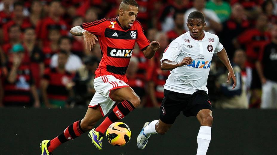 Paulinho do Flamengo e Deivid do Atlético-PR disputam jogada durante decisão da Copa do Brasil no Maracanã