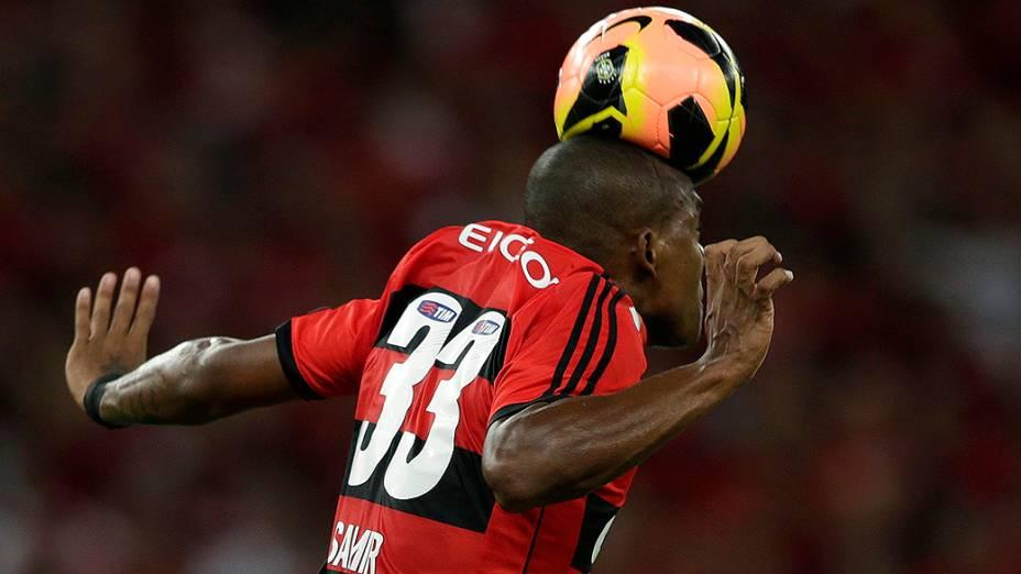 Samir do Flamengo em jogada pelo alto durante a decisão Copa do Brasil contra o Atlético-PR, no Maracanã
