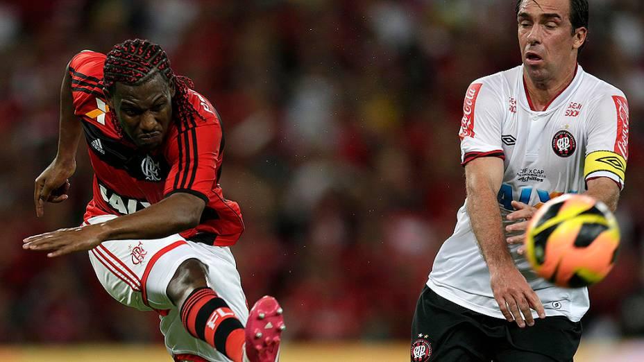 Amaral do Flamengo e Paulo Bayer do Atlético-PR disputam jogada durante decisão da Copa do Brasil no Maracanã