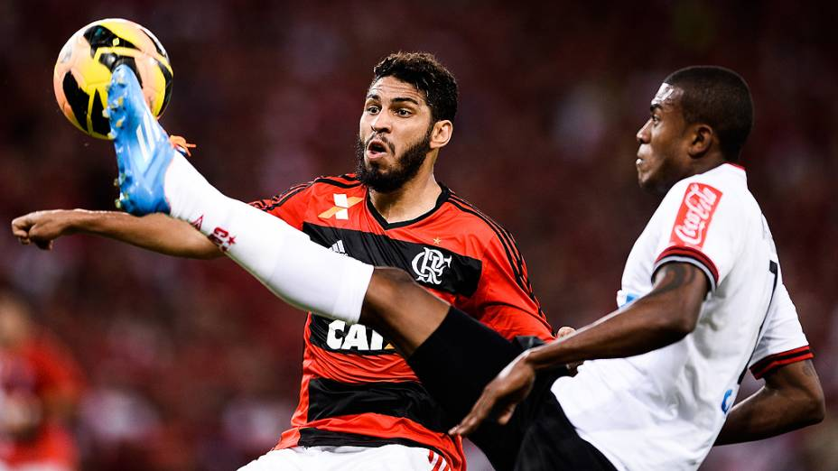 Wallace do Flamengo e Marcelo Cirino do Atlético-PR disputam jogada durante decisão da Copa do Brasil no Maracanã