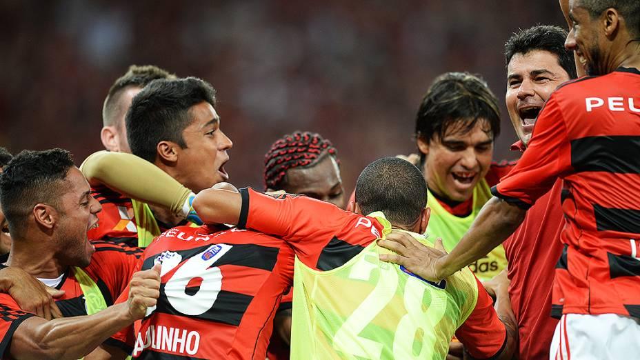 Jogadores do Flamengo comemoram gol na decisão da Copa do Brasil contra o Atlético-PR, no Maracanã