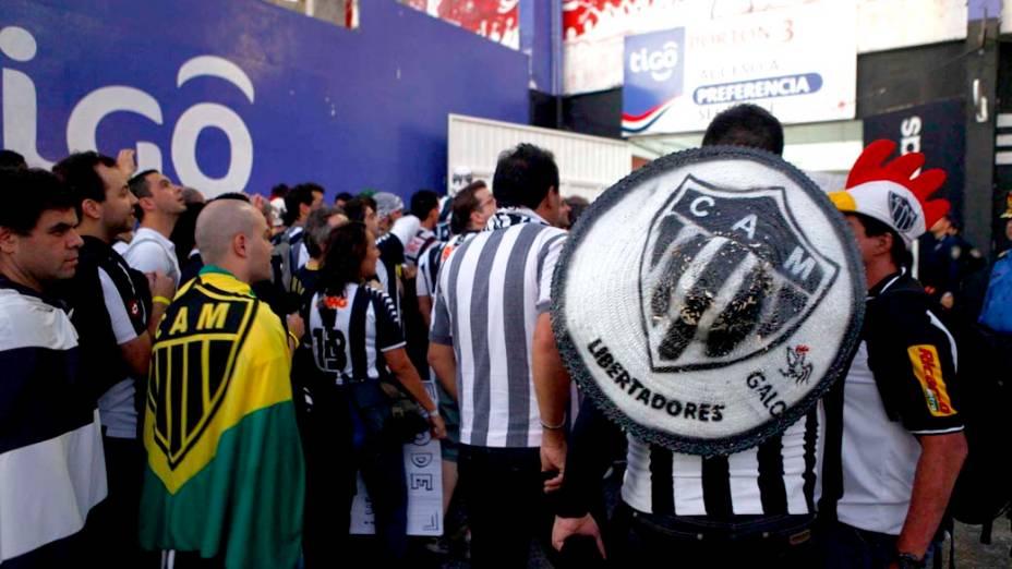 Torcida do Atlético MG chega para a 1ª partida da final Copa Libertadores contra o Olímpia no estádio Defensores del Chaco, em Assunção