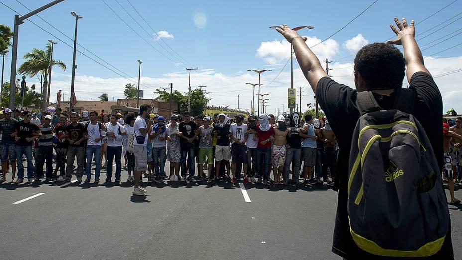 Manifestantes entram em confronto com a polícia durante protesto próximo ao Castelão, em Fortaleza antes da partida entre Brasil e Méxic, válida pela Copa das Confederações
