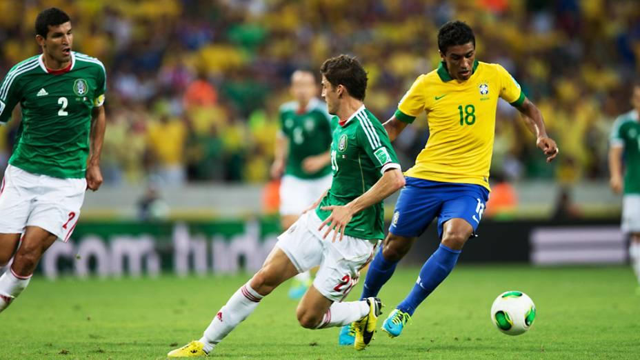 Jogador Paulinho dribla três jogadores do México, pela Copa das Confederações em Fortaleza