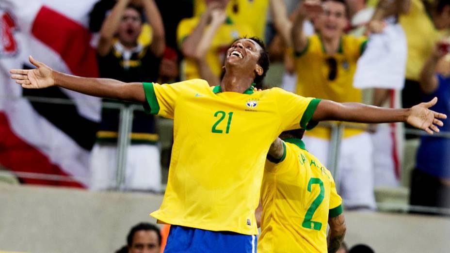 Jô comemora o segundo gol sobre o México, pela Copa das Confederações em Fortaleza