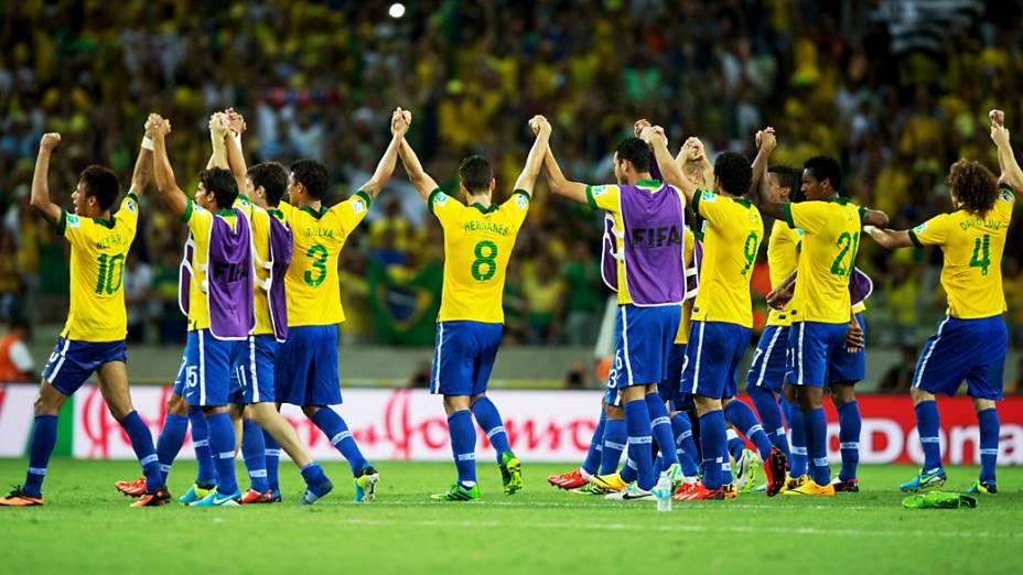 Jogadores do Brasil agradecem a presença da torcida no Estádio do Castelão