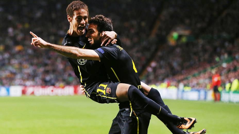Neymar e Fábregas comemoram o gol da vitória do Barcelona sobre o Celtic, em Glasgow pela segunda rodada da Liga dos Campeões