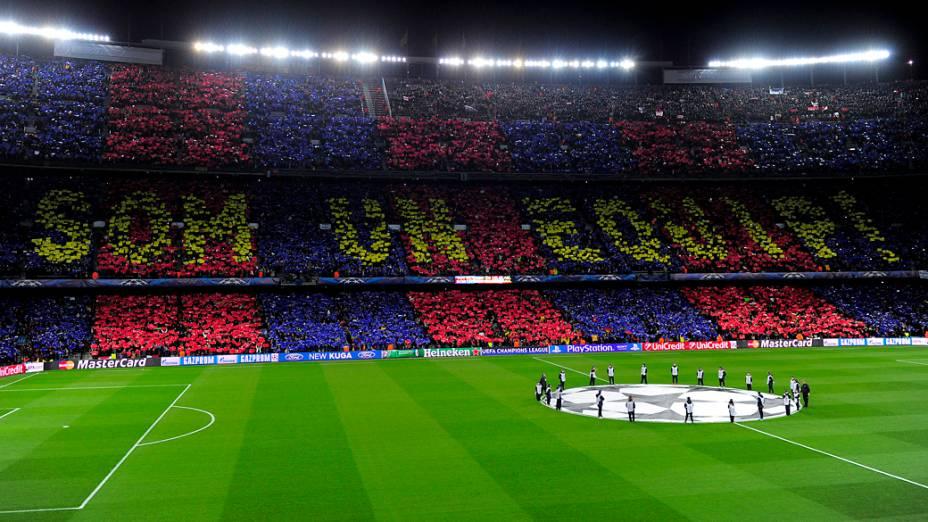 Torcida do Barcelona empurra o time em partida contra o Milan, válida pelas oitavas-de-final da Liga dos Campeões