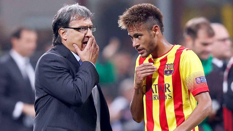 Técnico do Barcelona passa instruções para Neymar, durante o jogo contra o Milan, pela Liga dos Campeões na Itália