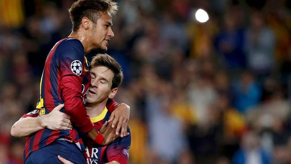 Neymar comemora gol marcado por Messi contra o Milan, pela Liga dos Campeões na Espanha