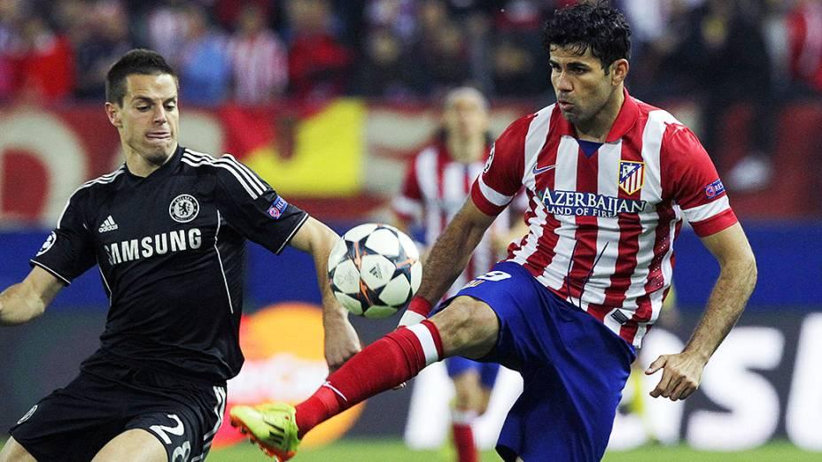 Jogador Diego Costa, do Atlético de Madri, disputa a bola com Cézar Azpilicueta, do Chelsea, pela Liga dos Campeões na Espanha