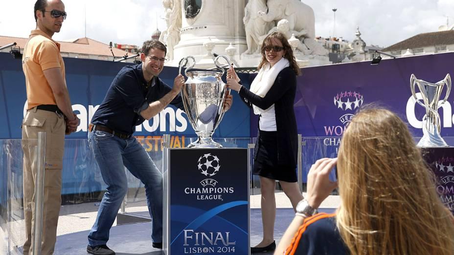 Casal posa para foto junto ao troféu da Liga dos Campeões, em Lisboa